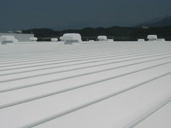 遮熱塗料ミラクール施工写真 飲料メーカー工場屋根(カラー鋼板)14,500㎡ S300クールホワイト施工